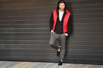 Styling Nr. 427- Weste, Kapuzenpullover, T-Shirt ohne Aufdruck, Sportschuhe