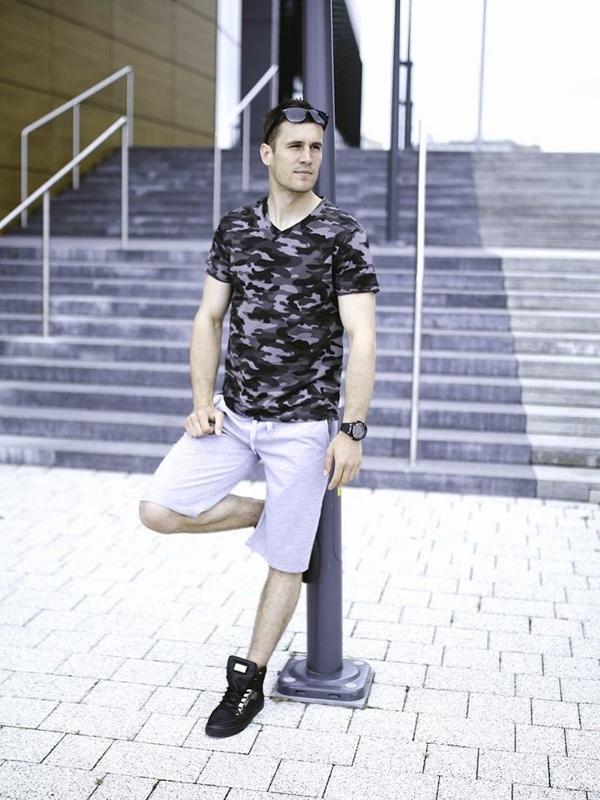 Styling Nr. 282 Sonnenbrille, Uhr, T-Shirt, kurze Hose, Schuhe