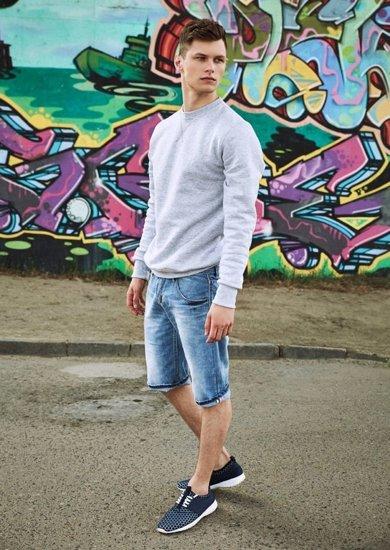Styling Nr.18 - Sweatshirt, kurze Hose, Schuhe
